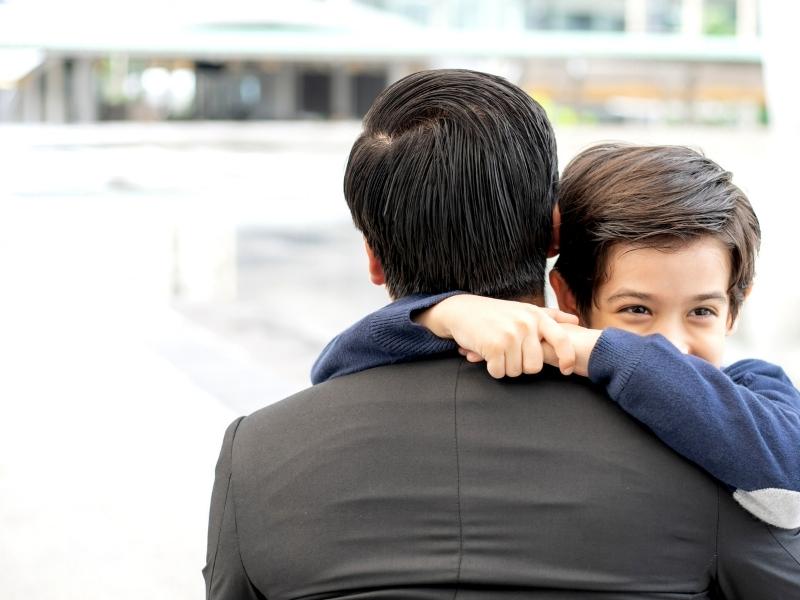 4 причини, чому дитині життєво необхідні обійми батьків