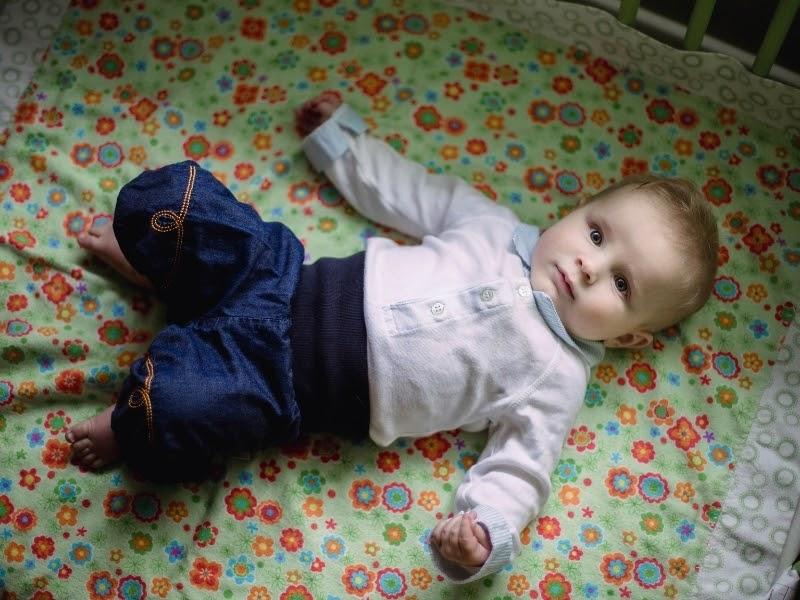 Відпочивайте на підлозі, лежачи на спині із зігнутими колінами