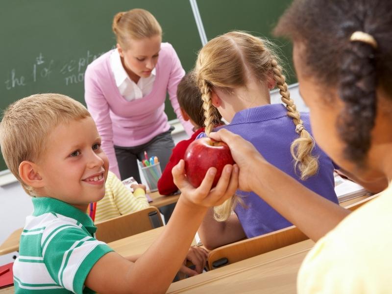 8 способів навчити дитину виявляти доброту