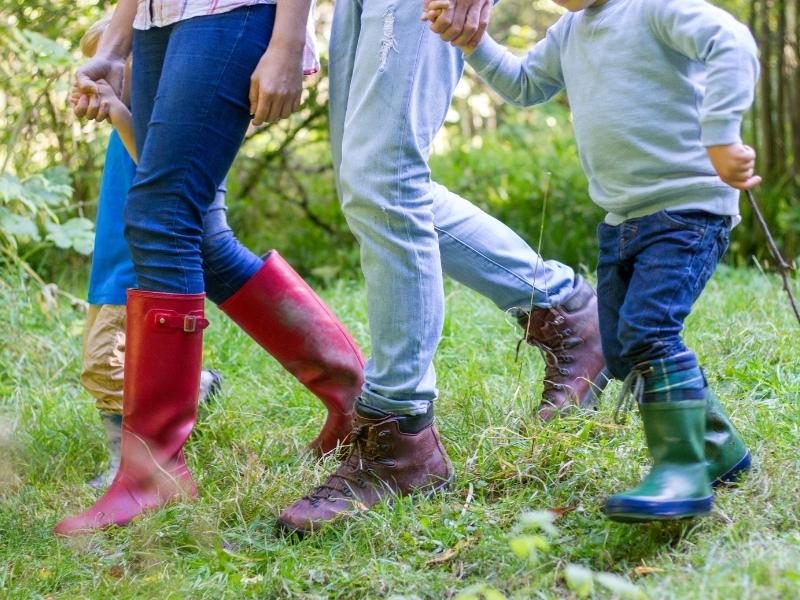 6 способів зробити звичайну прогулянку цікавішою для дитини