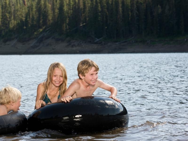 Безпечне купання в річці, озері, морі: убезпечте дитину від травм і хвороб