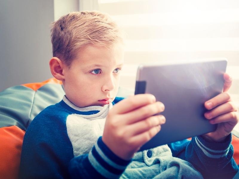 Перед екраном: чи не забагато часу дитина проводить за гаджетами? П'ять підказок для батьків
